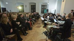 Mała Orkiestra Dancingowa grająca przed publicznością zgromadzoną w sali kominkowej szydłowieckiego