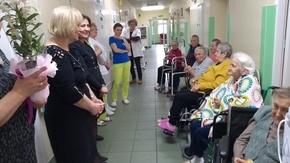 Delegacja ze Starostwa Powiatowego w Szydłowcu w Zakładzie Pielęgnacyjno-Opiekuńczym w Szydłowcu, z