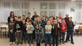 Uczestnicy zmagań szachowych z pucharami.
