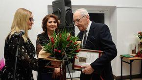 Wicestarosta Anita Gołosz oraz Członek Zarządu Powiatu Barbara Majewska przekazują kapelmistrzowi tyt