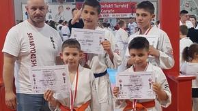 Mariusz Szymkiewicz, prezes Akademii Karate Szydłowiec z zawodnikami klubu:Kacprem Janką, Krzysztofem W