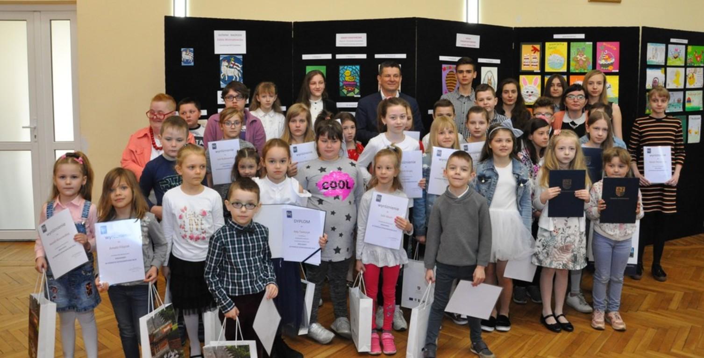laureaci i wyróżnieni w konkursie na wspólnym zdjęciu ze Starostą Szydłowieckim Włodzimierzem Gór