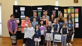laureaci w konkursie na wspólnym zdjęciu ze Starostą Szydłowieckim Włodzimierzem Górlickim
