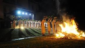 """widowisko plenerowe pt. """"ŚWIĘTOJAŃSKA SCHADZKA"""" przygotowane przez Teatr Poezji i Muzyki """"U Radz"""