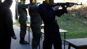 uczniowie oddają strzał do tarczy