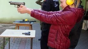 uczennica mierzy w tarczę z broni krótkiej