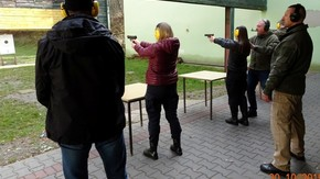 uczennice mierzą w tarczę z broni krótkiej
