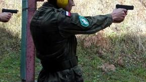 uczeń oddaje strzał pistoletem