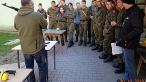 instruktaż poprzedzający szkolenie w strzelaniu bojowym