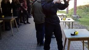 uczeń wykonuje strzał do tarczy karabinem maszynowym