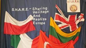 dekoracja z motywem logotypu projektu i flagami państw
