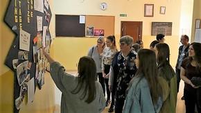 Uczestnicy projektu zwiedzają szkołę