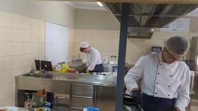 Do egzaminu z kwalifikacji TG.07 – Sporządzanie potraw i napojów (kucharz) przystąpiło 4 uczni