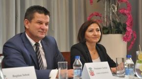 Kobieta i mężczyzna siedzą przy stole