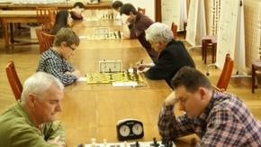 Zawodnicy grają w szachy