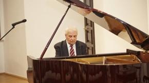 Kazimierz Gierżod gra na pianinie