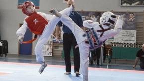 Zawodnicy turnieju ćwiczą Karate