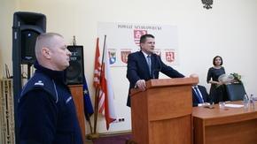 Starosta Szydłowiecki Włodzimierz Górlicki dziękuje komendantowi Jarosławowi Popczyńskiemu za dotyc