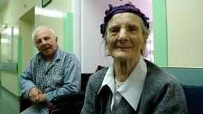 uśmiechnięta starsza pani