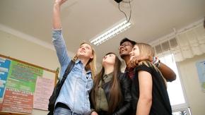 uczennice zespołu szkół im.KOP robią sobie tzw.selfie z Abhisheek