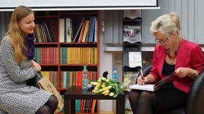 Aneta Oborny podpisuje swoją książkę dla czytellniczki