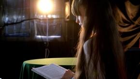 nastrojowe zdjęcie przedstawiające dziewczynkę skupioną na tym co czyta
