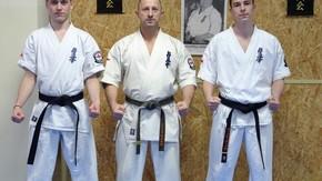 od lewej sempai Mateusz Wietrak, sensei Robert Wyciszkiewicz i sempai Jakub Wyciszkiewicz