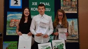 zwycięzcy konkursu, uczniowie gimnazjum nr 2 w Szydłowcu z ufundowanymi przez powiat nagrodami