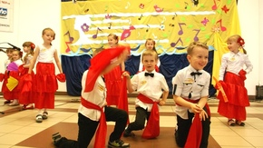 grupa z przedszkola w Chlewiskach wykonuje piosenkę Cały świat dba o zdrowie, tańcząc z wykorzystani