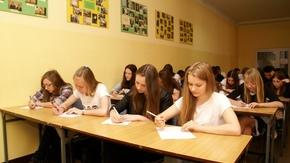 Uczniowie gimnazjów przez około godzinę zmagali się z testem dotyczącym wiedzy o Powiecie Szydłowie