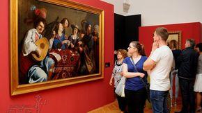 zwiedzający wystawę przed obrazem Teodora Rombouts, pt. Gra w karty (przed 1637)