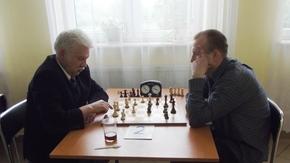 Dariusz Żurek z prawej i Marian Frąk z lewej przy partii szachÓW