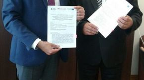 Umowę podpisał członek zarządu województwa mazowieckiego Rafał Rajkowski z wicestarostą Romanem Wo