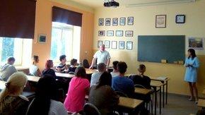 słuchacze Liceum Dla Dorosłych w Szydłowcu z dyrektorem szkoły