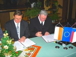 Dwóch mężczyzn podpisuje umowę [300x225]