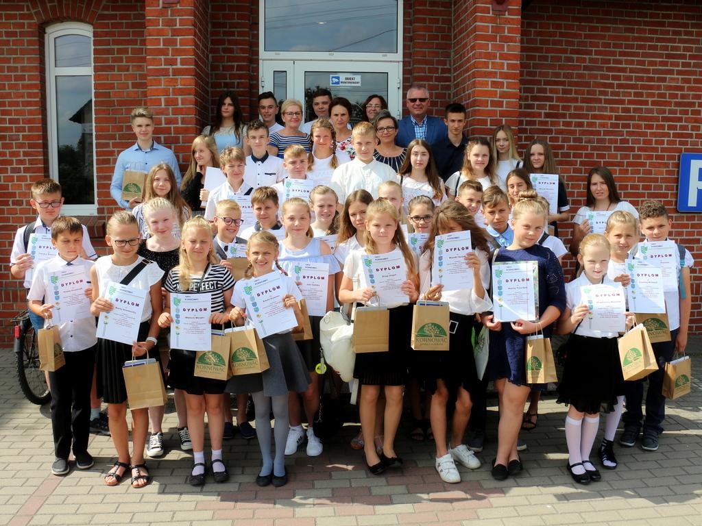 Najlepsi uczniowie Gminy Kornowac 2019 wraz z Wójtem i dyrektorami szkół. (link otworzy duże zdjęcie)