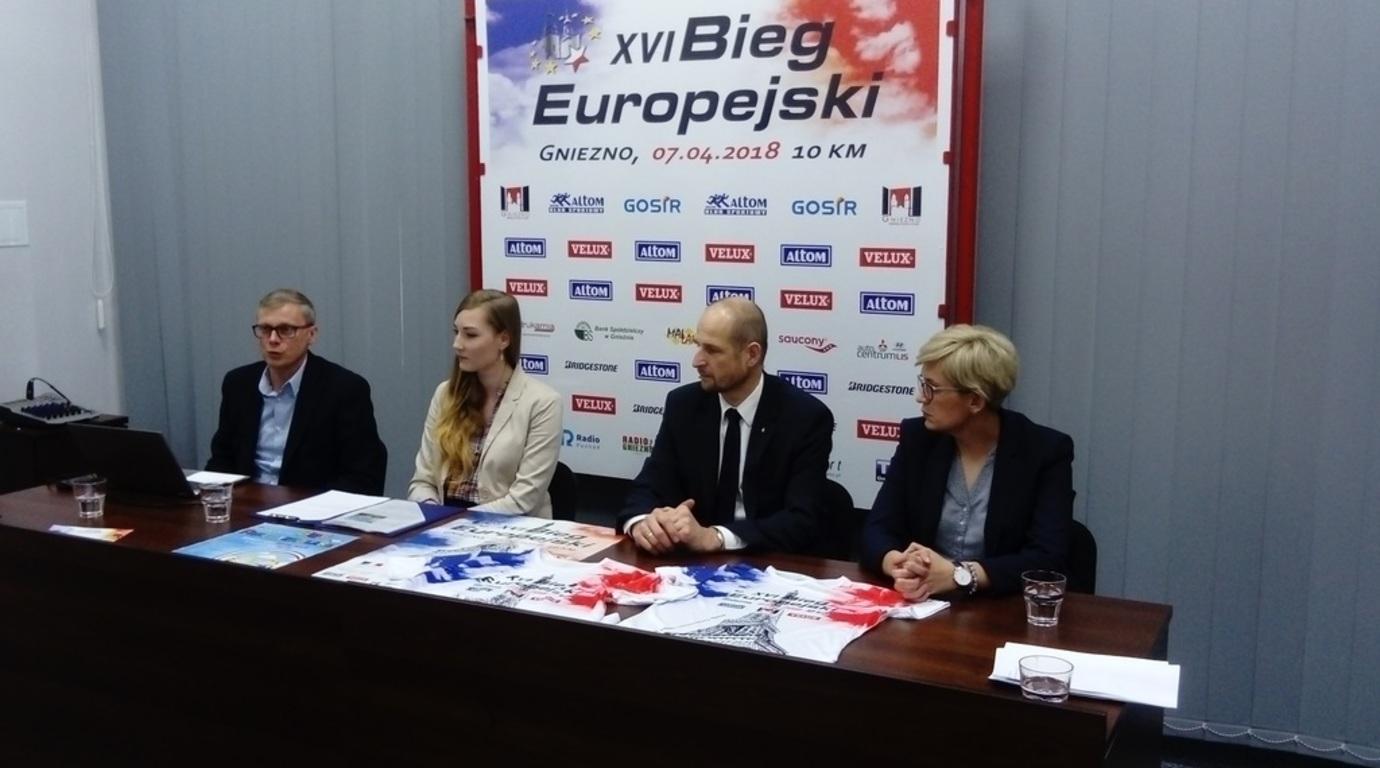 Uczestnicy konferencji zapowiadającej XVI Bieg Europejski - od lewej: Andrzej Krzyścin, Sylwia Szymańs (link otworzy duże zdjęcie)