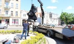 Zdjęcie montażu pomnika Bolesława Śmiałego (link otworzy duże zdjęcie)