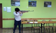 Seniorzy na strzelnicy (link otworzy duże zdjęcie)